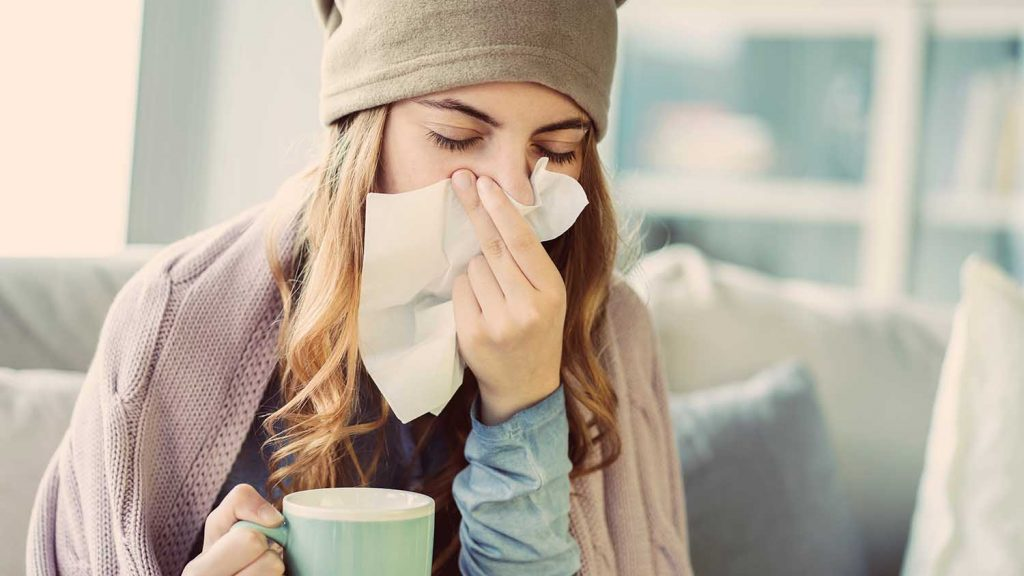 Winterzeit ist Erkältungszeit. Gegen die Symptome Husten, Schnupfen und Heiserkeit bietet die Hausapotheke eine Vielzahl wirksamer Mittel. Damit es erst gar nicht zu einem Infekt kommt, ist es ratsam, das eigene Immunsystem zu stärken – am besten mit körperlicher Bewegung, gesunder Kost und Probiotika.